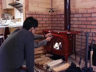 初めて薪ストーブに火が入った瞬間