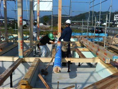 階段の柱になる部材を梁と組んで揚げます。