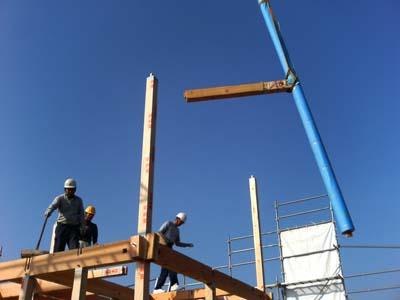 組んだ階段柱を吊上げ所定の位置に納めます。