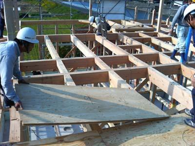 ウッドハウス高気密高断熱住宅1階の骨組みが完成。2階床下地を敷き込みます。