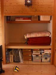 一般的な中棚と枕棚が付いています
