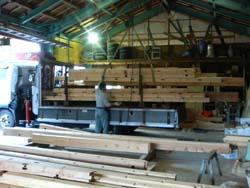 加工場から材料を搬出している様子です。